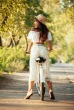 Вид сзади девушки ехать велосипед Стоковая Фотография RF