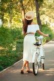 Вид сзади девушки с велосипедом Стоковая Фотография