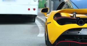 Вид сзади желтого суперкара сток-видео