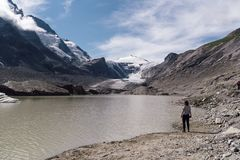Вид сзади женщины на озере ледником Стоковая Фотография