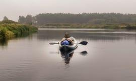 Вид сзади каяка затвора человека kayaker в реке стоковые фотографии rf