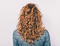 Вид сзади молодой женщины с длинными волосами стоковые изображения