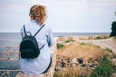 Вид сзади молодой женщины с рюкзаком стоковое изображение rf