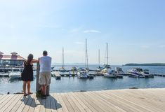 Вид сзади молодых пар смотря яхты Стоковые Изображения RF