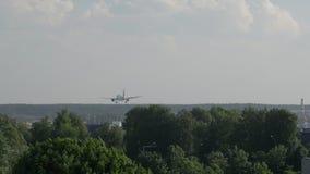 Вид сзади посадки самолета Боинга на авиапорте акции видеоматериалы