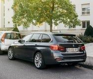 Вид сзади припаркованного автомобиля фуры BMW 320d роскошного Стоковое Фото