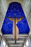 Вид сзади распятия и потолок клироса церков St Vitus в St Vith, Бельгия стоковая фотография rf