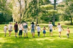 Вид сзади семьи 11 идя в парк Стоковое Изображение RF