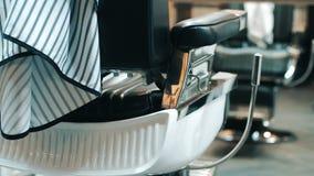 Вид сзади стула парикмахера Оборудование в парикмахерскае Кресло в салоне красоты видеоматериал