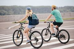 Вид сзади счастливой пары идя держащ велосипед Стоковые Фотографии RF