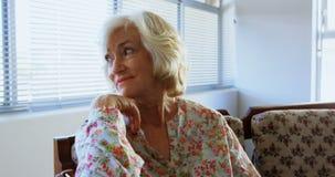 Вид спереди активной кавказской старшей женщины ослабляя на доме престарелых 4k видеоматериал