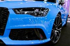 Вид спереди голубой современной роскошной голубой спортивной машины Audi RS 6 Avant Quattro 2017 Детали экстерьера автомобиля Стоковые Фотографии RF