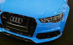 Вид спереди голубой современной роскошной голубой спортивной машины Audi RS 6 Avant Quattro 2017 Детали экстерьера автомобиля Стоковые Фото