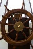 Вид спереди деревянного штурвала на парусном судне стоковое фото