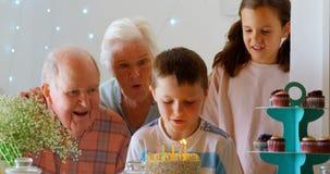 Вид спереди кавказской семьи мульти-поколения празднуя день рождения их внука в comforta акции видеоматериалы