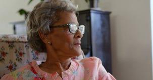 Вид спереди кавказской старшей женщины ослабляя на доме престарелых 4k акции видеоматериалы