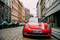 Вид спереди красного автомобиля Cabriolet жука Фольксвагена нового припаркованного в улице Стоковые Фото