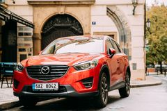 Вид спереди красного автомобиля Mazda Cx-5 подтяжки лица припаркованного в улице Стоковые Изображения RF