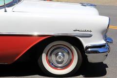 Вид спереди красного и белого античного автомобиля ждать в линии для парада, городском Saratoga, 2016 Стоковые Фотографии RF