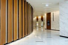 Вид спереди лифта офиса с закрытыми дверями в лобби Стоковые Фото