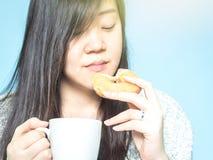 Вид спереди от азиатской руки женщины с владением ткани белое coffe Стоковое фото RF
