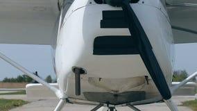 Вид спереди пропеллера самолета на авиаполе видеоматериал