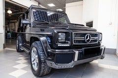 Вид спереди роскошного очень дорогого нового черного автомобиля G-класса 350d Мерседес-Benz со стойками brabus настраивая в моя о стоковое изображение