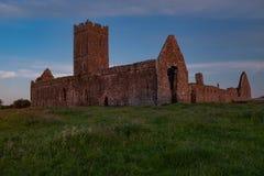 Вид спереди руин аббатства Клары Augustinian снаружи Ennis монастыря как раз, графство Клара, Ирландия на заходе солнца стоковое фото