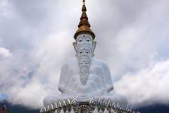 Вид спереди 5 сидя белое Buddhas на Pha Sorn Kaew, в Khao Kor, Phetchabun, Таиланд стоковые изображения rf