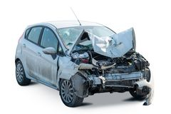 Вид спереди сломленного изолированного автомобиля после аварии Стоковое Изображение RF