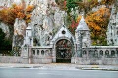 Вид спереди церков пещеры холма Geller Стоковые Фото