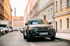 Вид спереди черного автомобиля F16 BMW X6 припаркованного в улице Автомобиль второго Стоковые Изображения