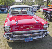 Вид спереди 1957 Chevy Bel Air красного цвета Стоковые Фотографии RF
