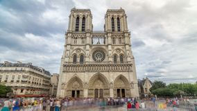 Вид спереди hyperlapse timelapse Нотр-Дам de Парижа, средневековый католический собор на острове цитировать в Париже сток-видео