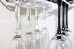 Вид стекел на баре Стеклянные кубки в конце строки вверх стоковое фото rf