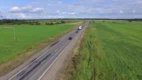 Вид с воздуха: автомобили идя на дорогу