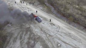 Вид с воздуха автомобиля быть положенные горящими с большим пламенем в дезертированном поле пыли акции видеоматериалы