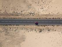 Вид с воздуха автомобиля в долинах пустыни острова Лансароте, Канарских островов, Испании стоковые фото