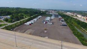 Вид с воздуха автостоянки тележки Стрельба с трутнем ландшафт автостоянки тележки двигая над шоссе сток-видео