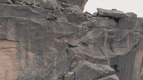 Вид с воздуха альпиниста делает восхождение без страхования к верхней части горы видеоматериал