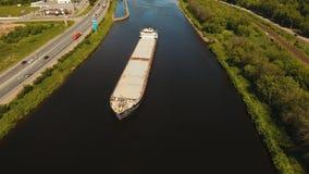Вид с воздуха: Баржа на реке акции видеоматериалы