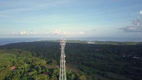 Вид с воздуха башни связи сотового телефона в зеленой природе акции видеоматериалы