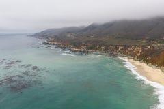 Вид с воздуха береговой линии и сценарного пляжа в Калифорнии стоковая фотография
