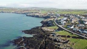 Вид с воздуха бирюзы покрасил воду на заливе быков на Anglesey - Уэльсе - Великобритания сток-видео