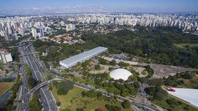 Вид с воздуха больших бульвара и города Стоковые Изображения