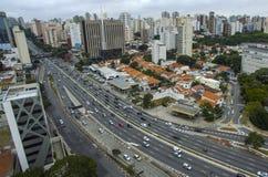 Вид с воздуха больших бульвара и города Стоковое Изображение