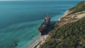 Вид с воздуха большого грузового корабля в неподвижном открытом море около береговой линии съемка Транспорты моря акции видеоматериалы