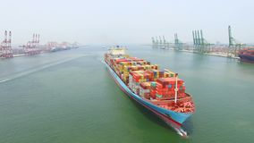 Вид с воздуха большого контейнеровоза на море акции видеоматериалы