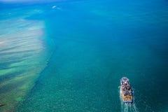 Вид с воздуха большого плавания корабля в Тихом океане Стоковое фото RF