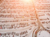 Вид с воздуха большой парковки автомобиля с много автомобилей около торгового центра или торгового центра в зиме со снегом и влия стоковое изображение rf